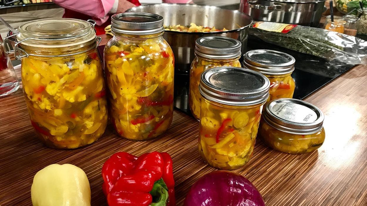 Des pots en vitre remplis de soupe aux légumes