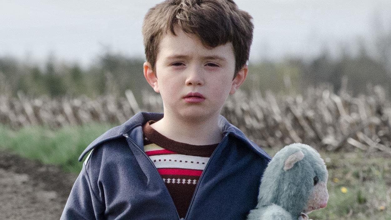 Un petit garçon avec un ourson