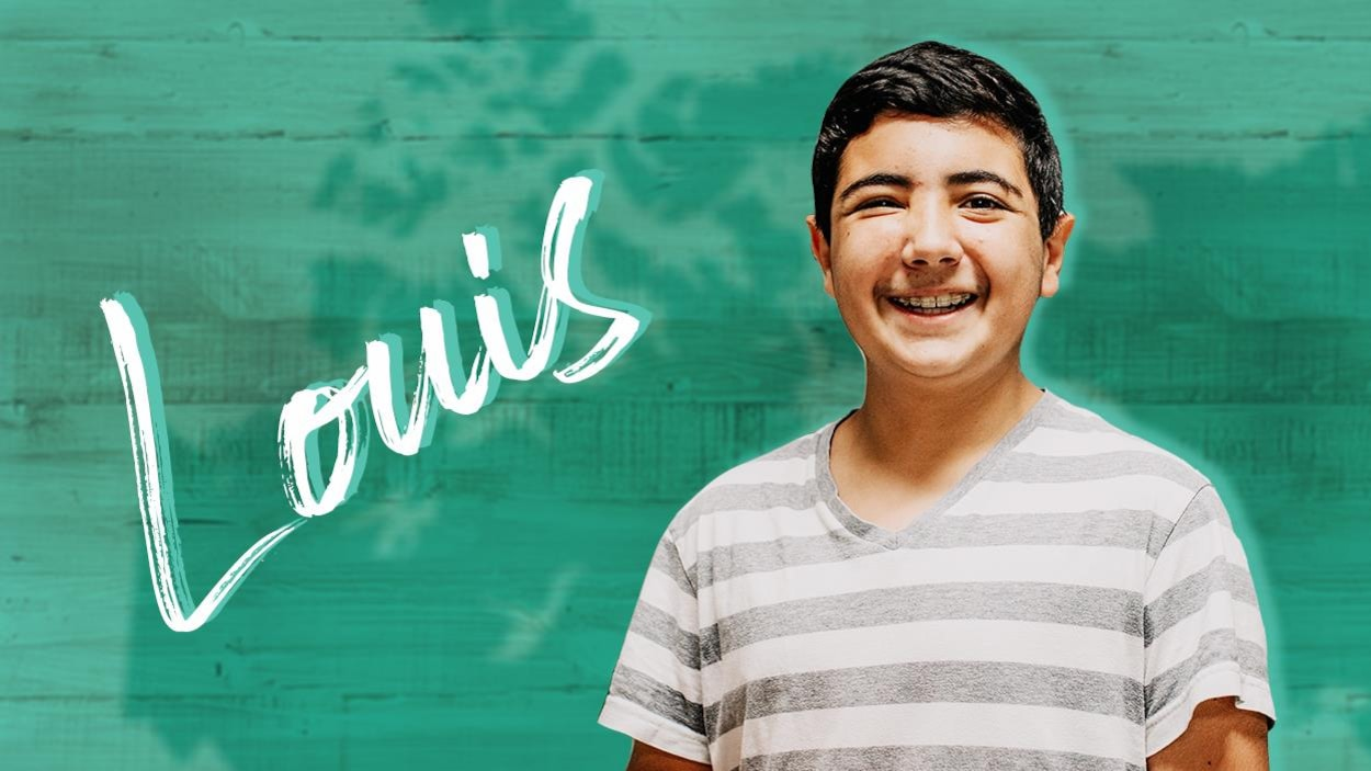 Le jeune ado sourit, il porte un appareil dentaire et un tshirt à rayures horizontales.