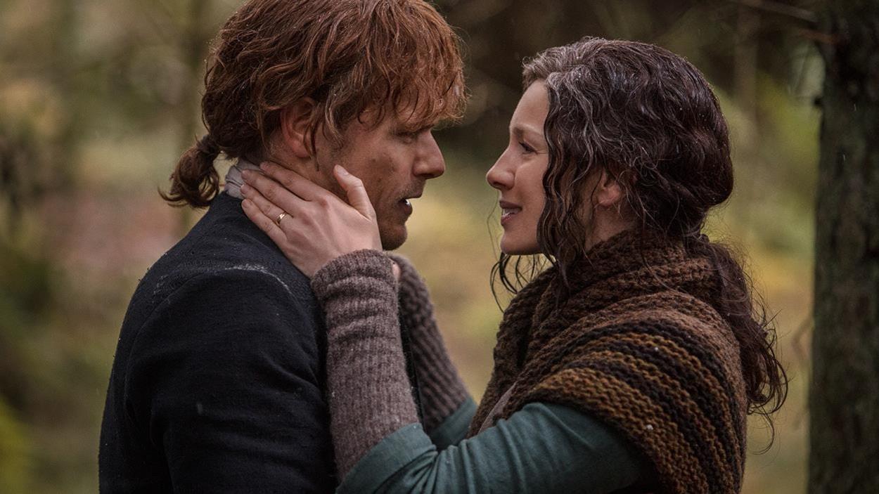Claire et Jamie se regardent dans les yeux.