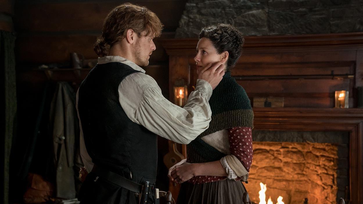 Jamie touche le visage de Claire et ils se regardent passionnément.