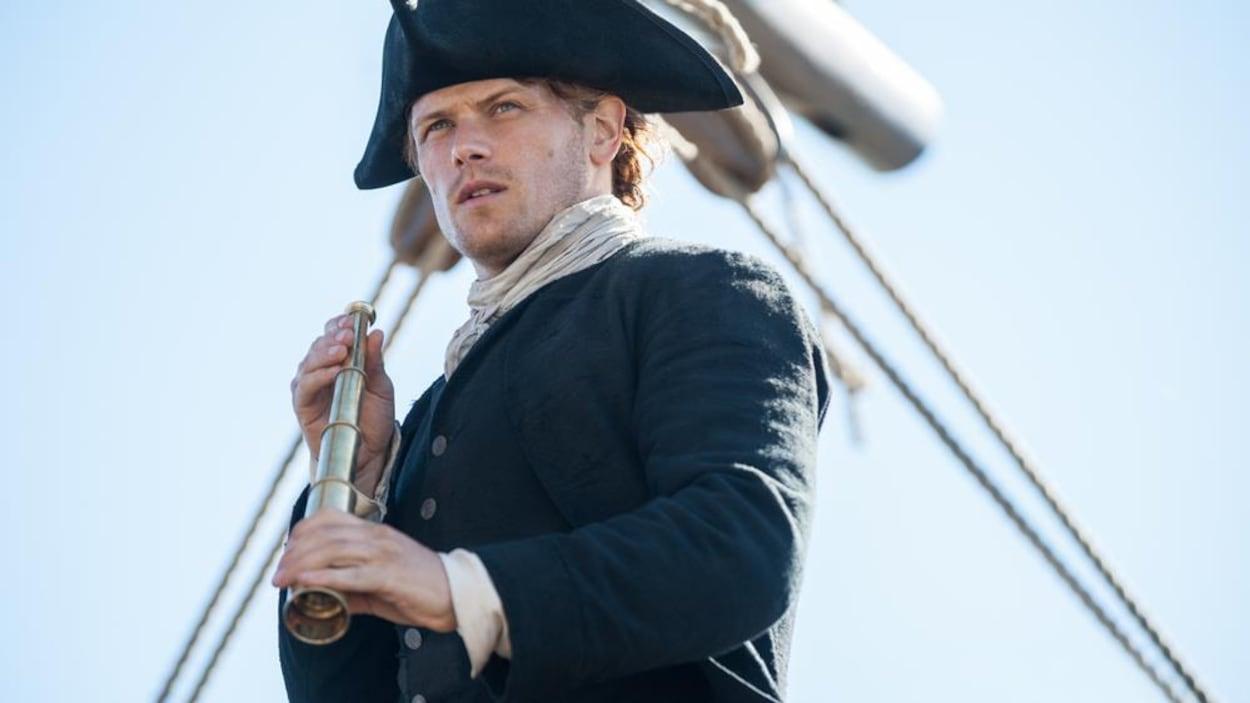 Jamie Fraser habillé en capitaine de navire.