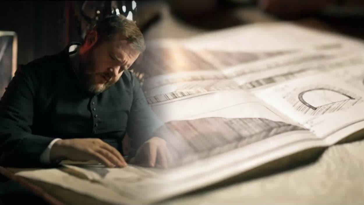 Le curé Labelle regarde un plan dans une scène de la série Les pays d'en haut.