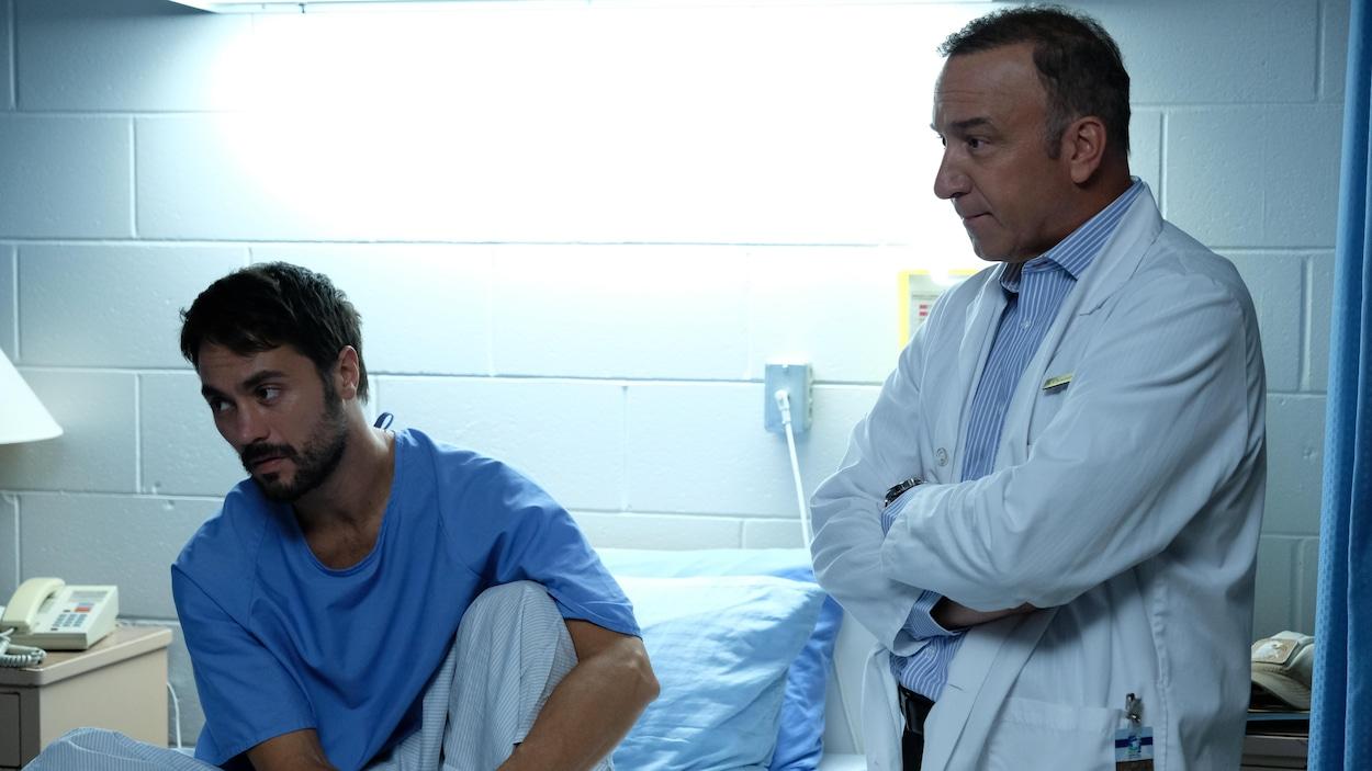 Ils sont à l'hôpital. Réginald est assis dans son lit.