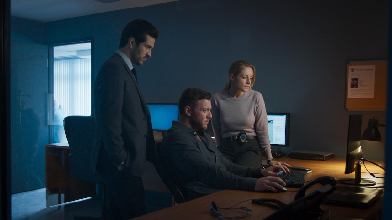 Les trois personnages de Cerebrum regardent un écran d'ordinateur.