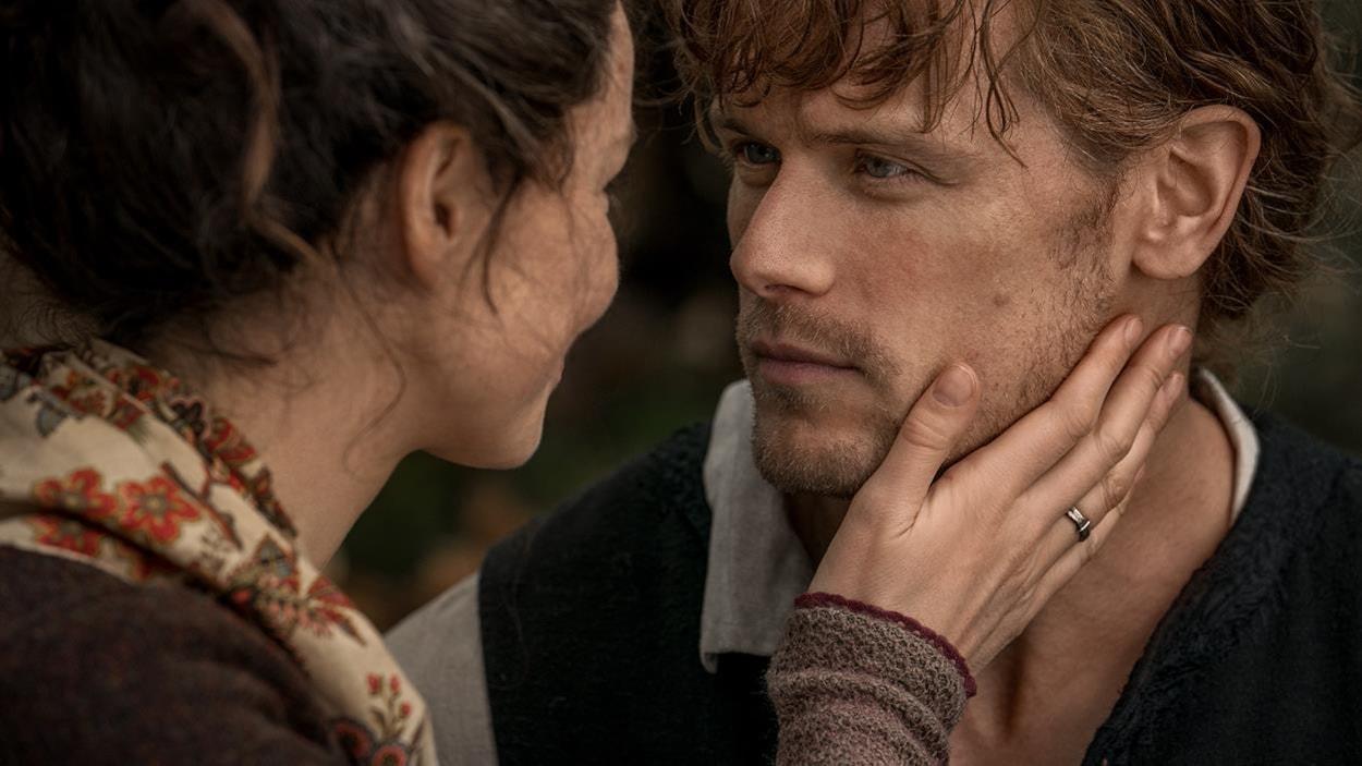 Claire et Jamie se regardent amoureusement.