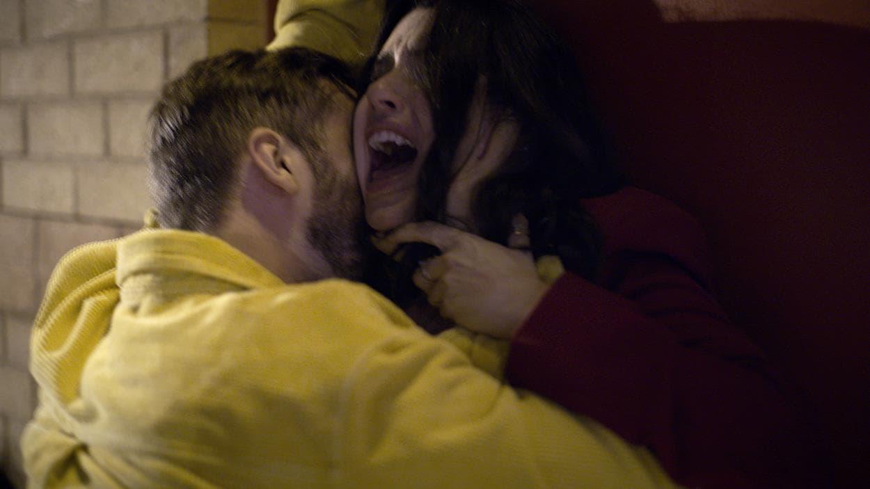 Karla crie lorsque son agresseur tente de l'étrangler.
