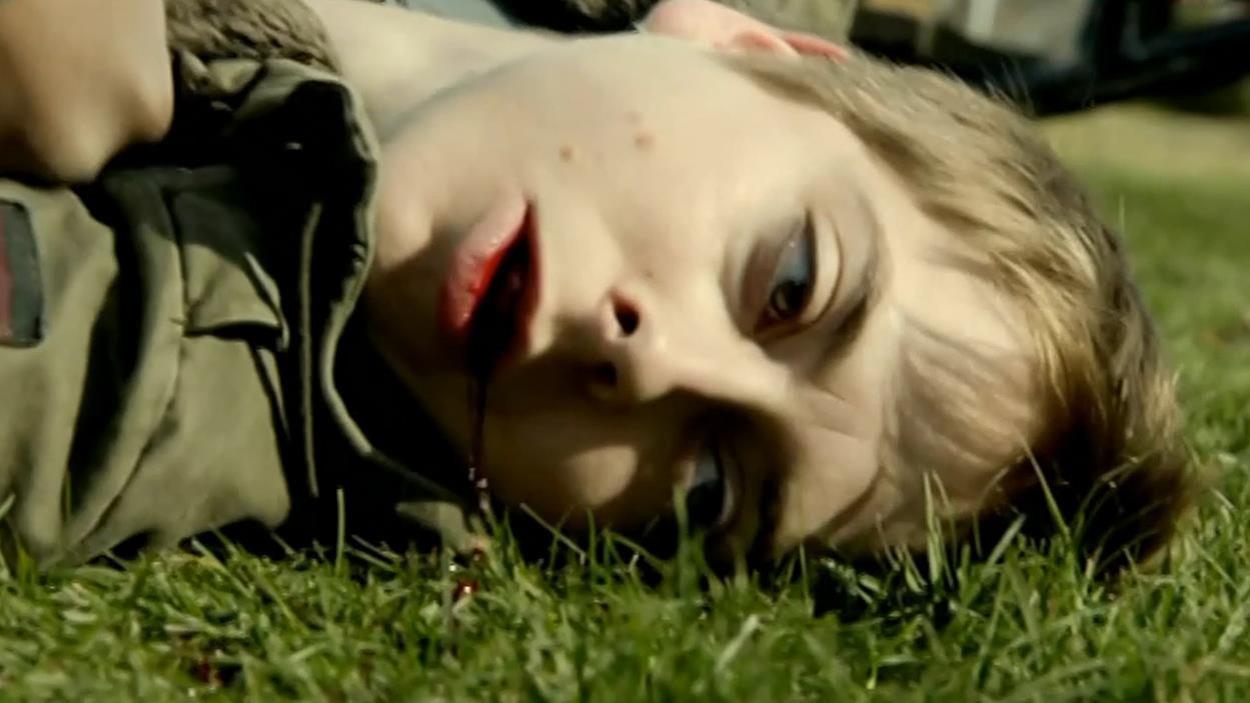 Jeanne Biron couché sur le gazon après avoir été battu.