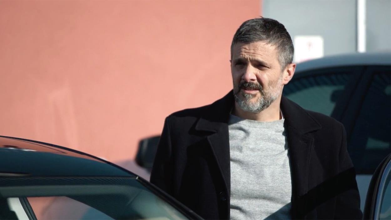 On voit l'enquêteur rentrer dans sa voiture