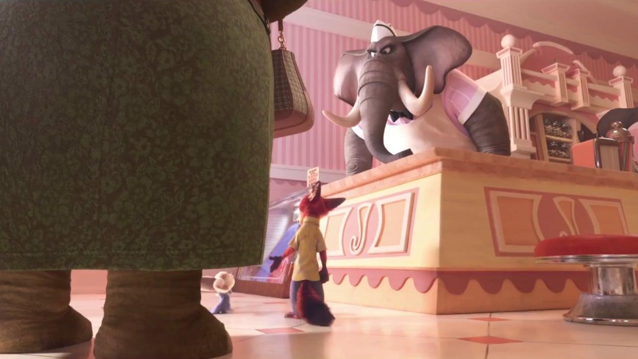Un éléphant derrière un comptoir refuse de vendre une crème glacée à un renard et son fils.