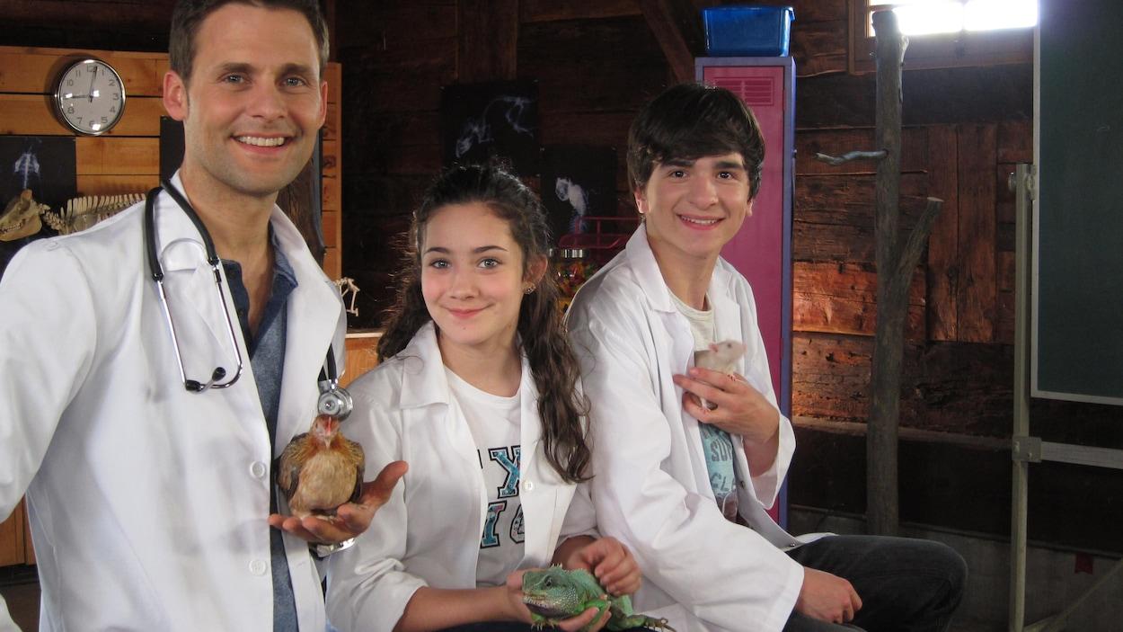 Ils tiennent une souris, un iguane et une poule