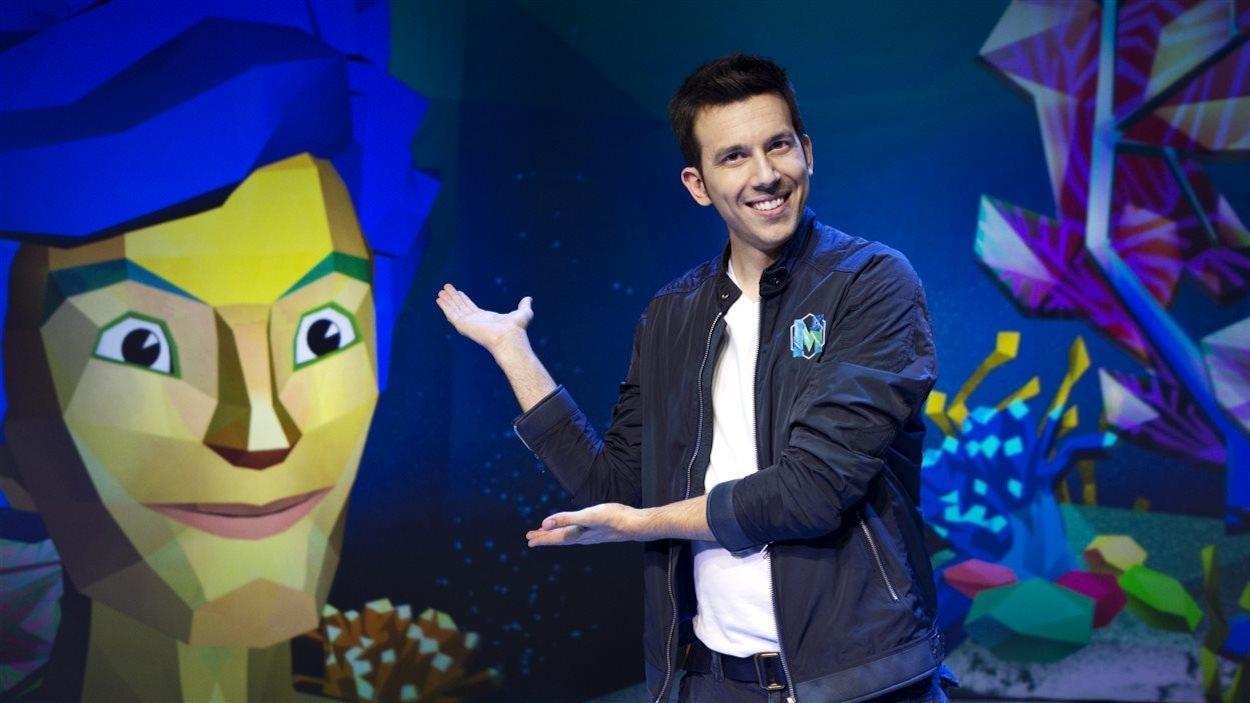 Daniel Coutu présente avec ses mains Max