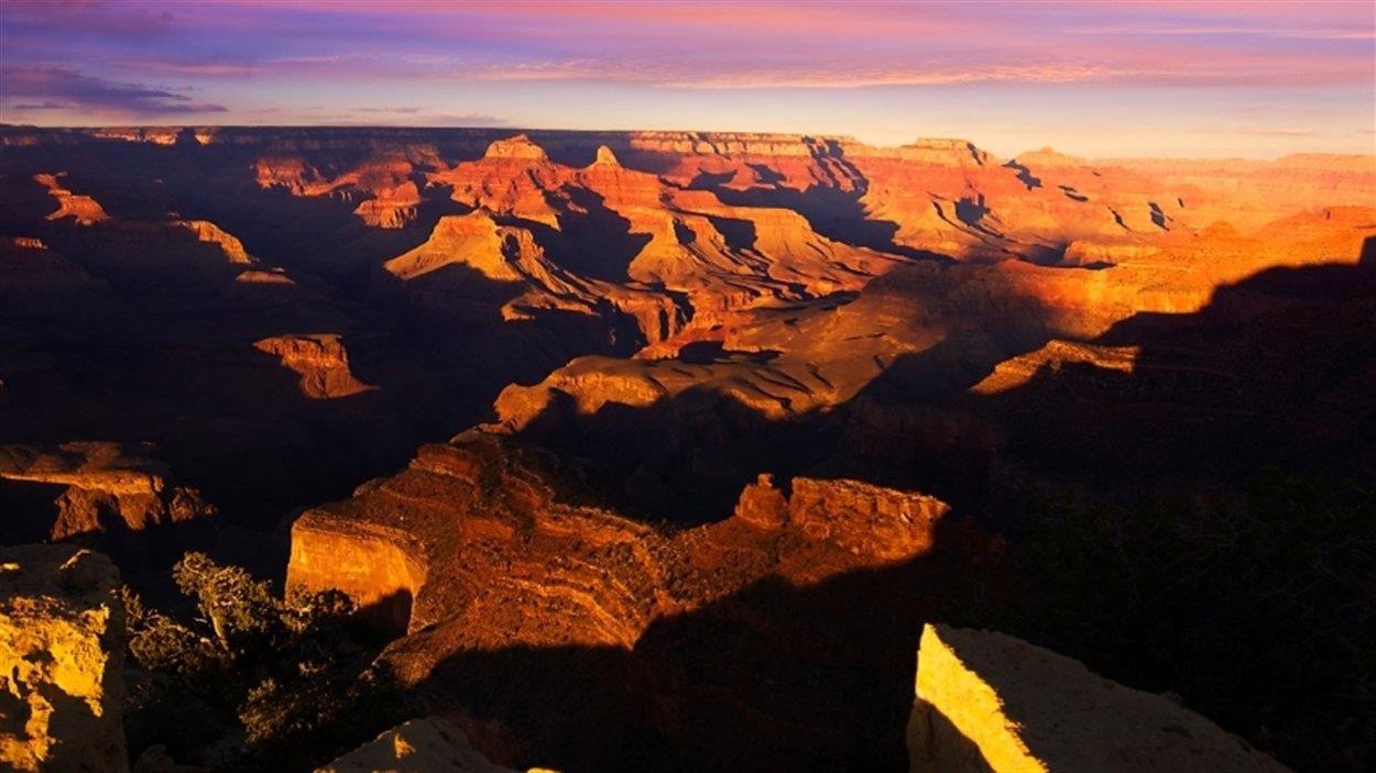 Vue aérienne du Grand Canyon lorsque le soleil se couche.