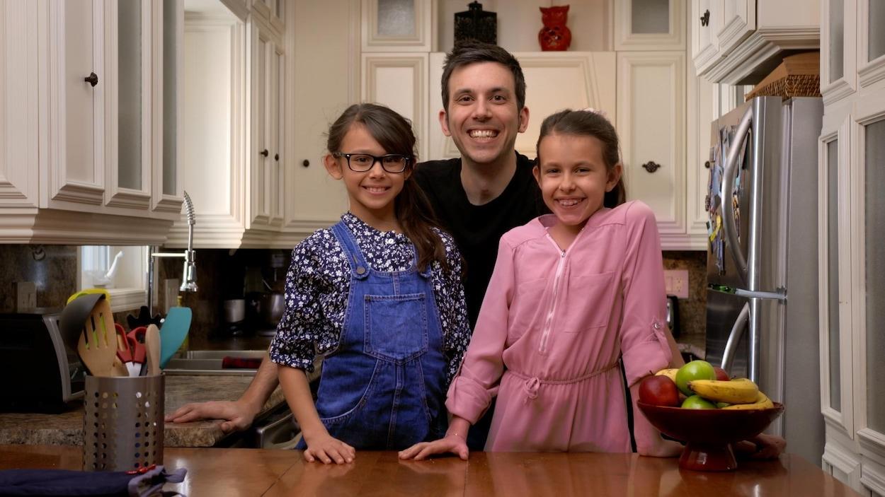 Elles sourient en cuisine avec leur papa Daniel