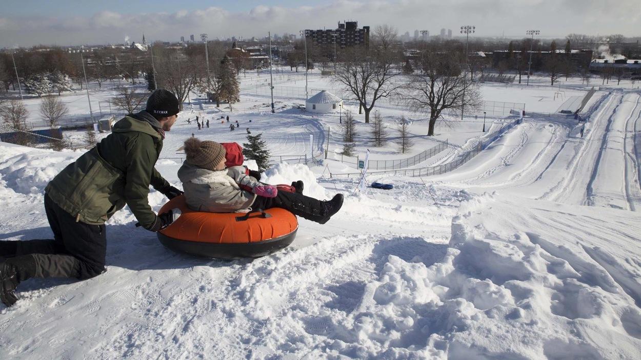 Plein de neige et des enfants qui jouent