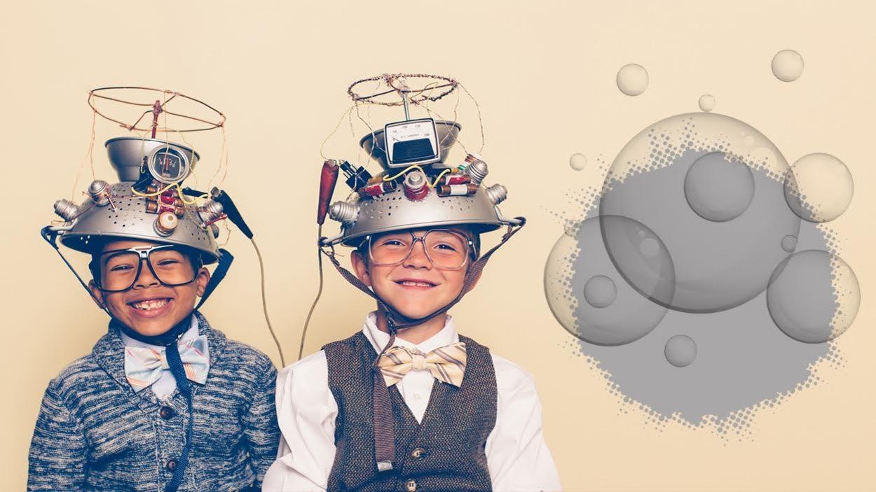 Ils portent des casques de bric à brac scientifiques