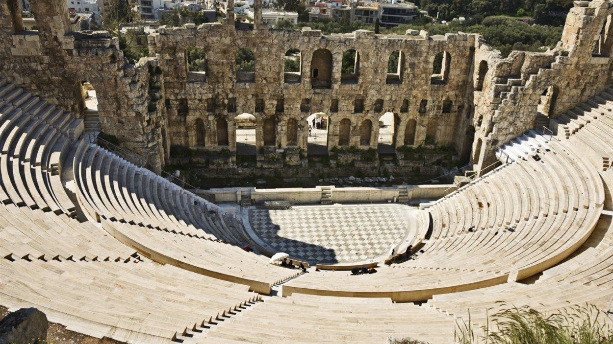 Vue en plongée d'un auditorium de la Grèce antique.