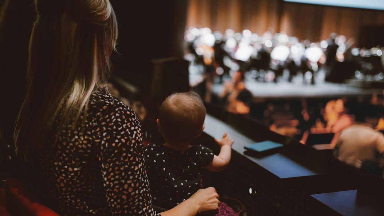 Le chef de l'Orchestre symphonique de Laval, Alain Trudel, offre aux parents accompagnés de leurs bébés d'assister à la répétition générale d'un concert soulignant les années 1920.