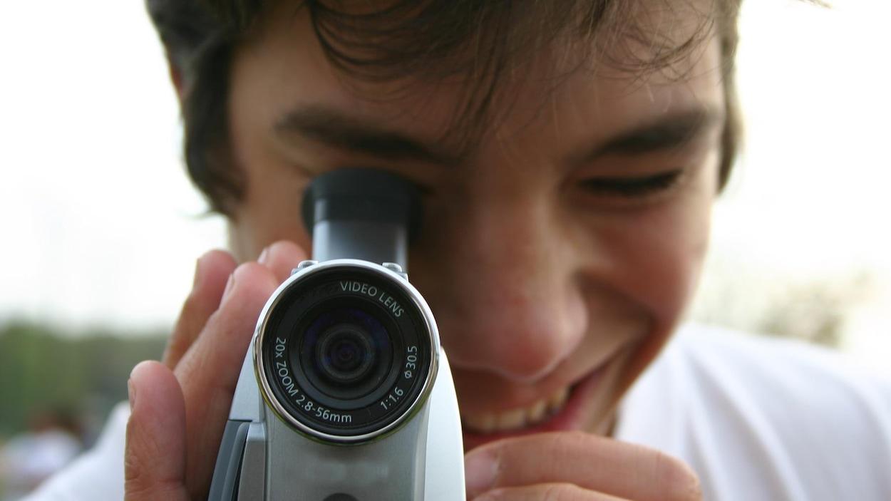 Il filme dehors, il sourit