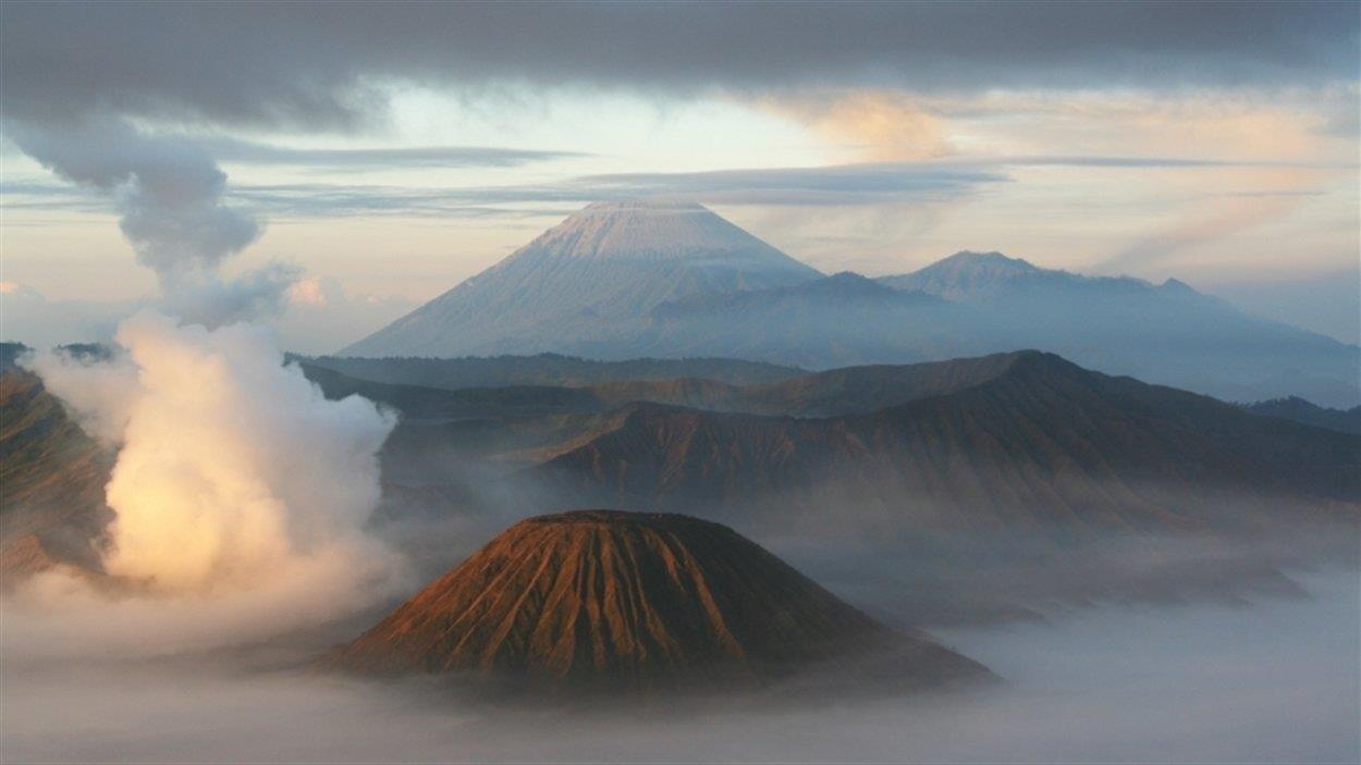 Paysage volcanique dans les nuages