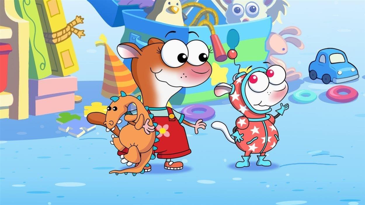 Dans la salle de jeux, YaYa a un dinosaure en peluche au bras droit et Zouk est vêtu d'un costume étoilé.