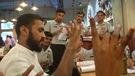 Des serveurs sourds ou muets dans un restaurant de Mumbai