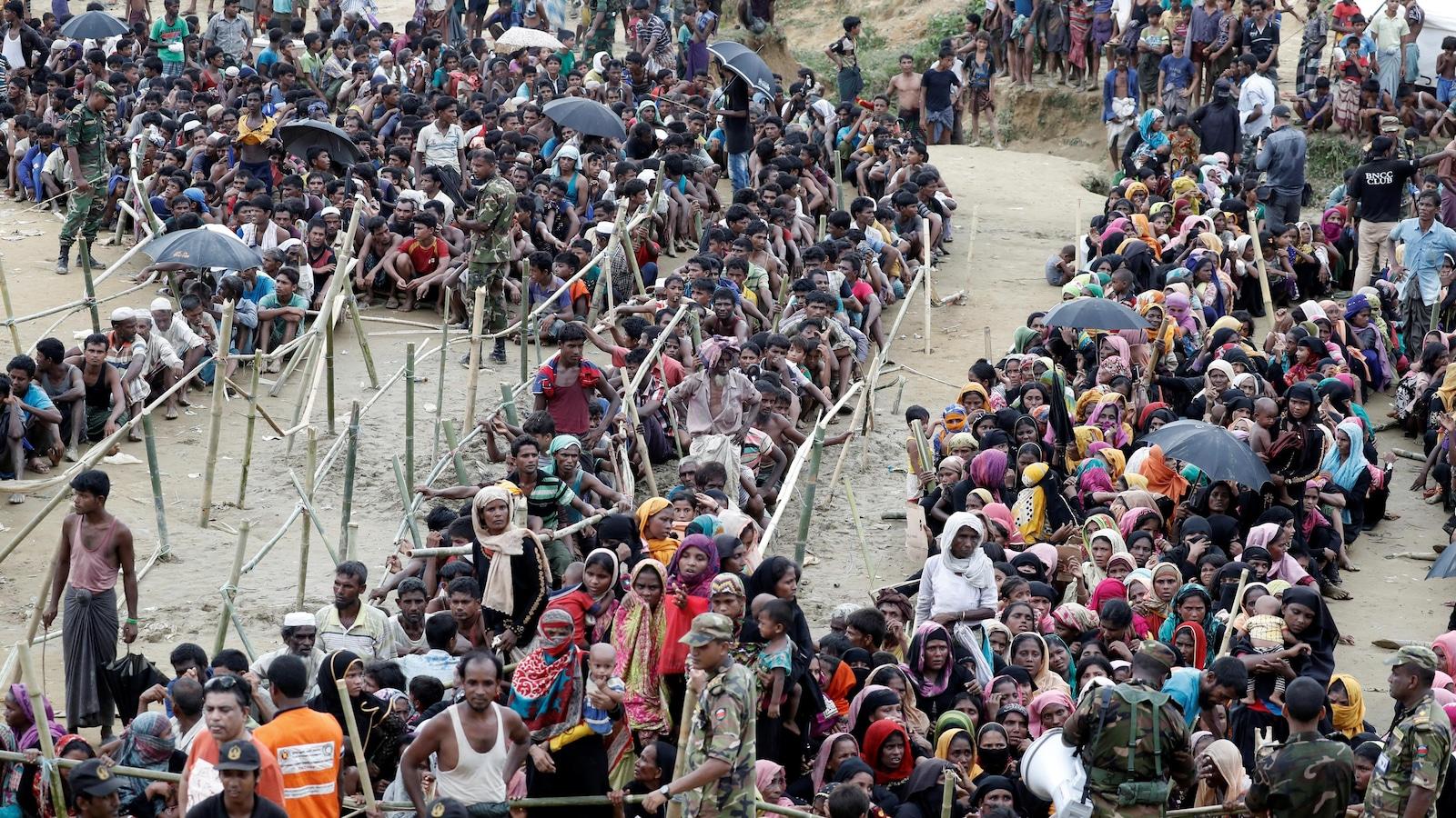 Des réfugiés rohingyas attendent de l'aide à Cox's Bazar au Bangladesh.