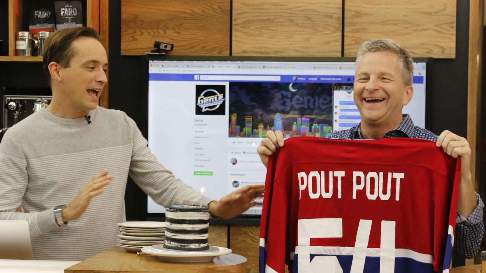 André Robitaille montre le derrière du chandail du Canadien qu'on vient de lui donner pour son anniversaire.  On peut y lire «Pout Pout».