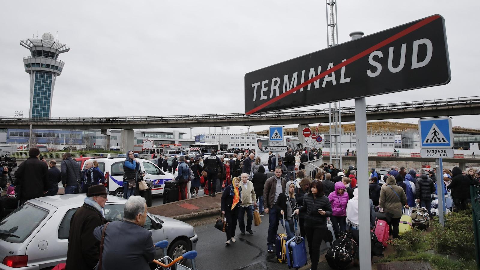 Plus de 3000 personnes ont été évacuées du terminal Sud à l'aéroport d'Orly.
