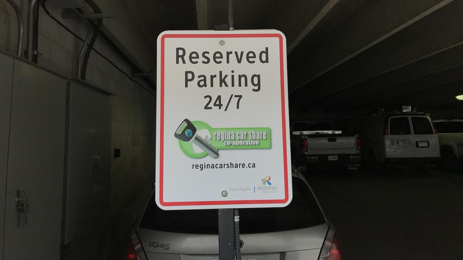 Une affiche dans le stationnement de l'hôtel de ville indique que l'espace est réservé pour Regina Car Sharing.
