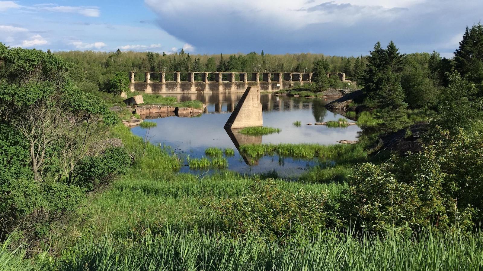 Les ruines du barrage vues de face sur le canal Pinawa