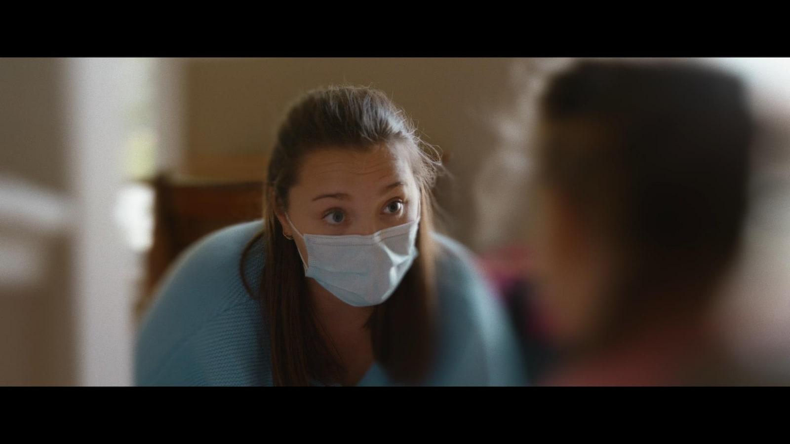 Portrait d'une intervenante avec un masque.