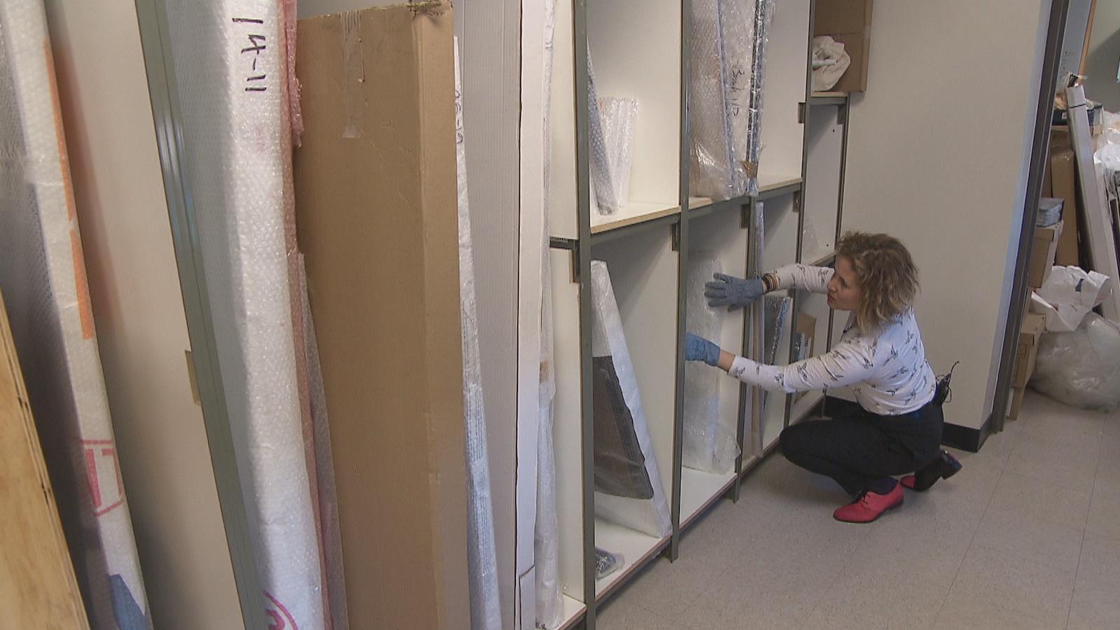 Danielle Hogan fouille dans les étagères de son entrepôt.
