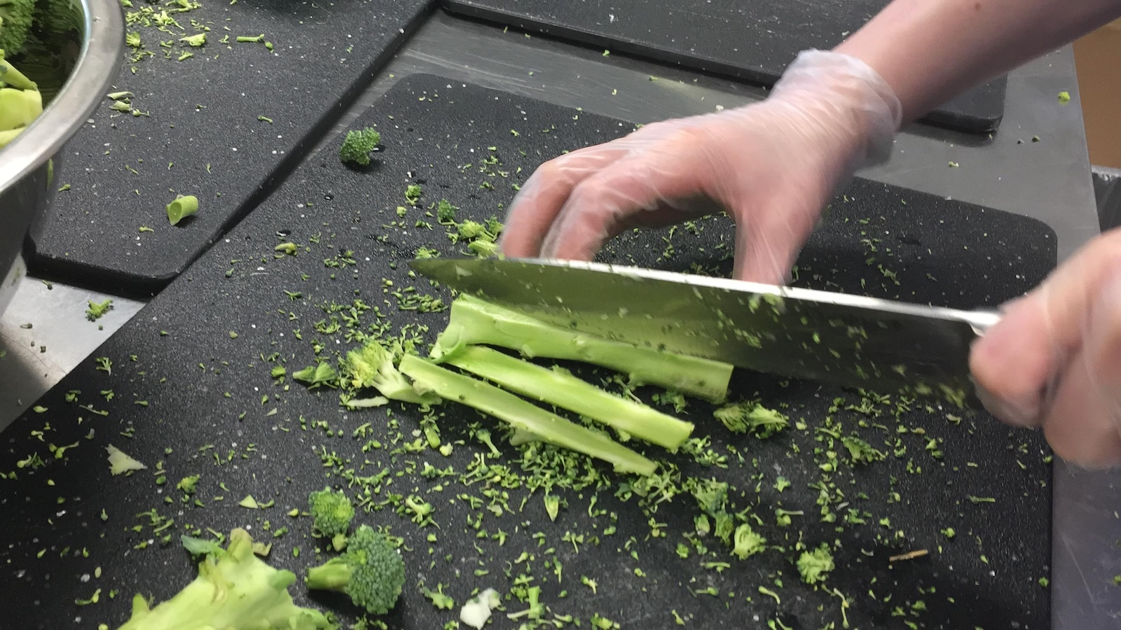 Beaucoup de patience est requise pour couper des brocolis.