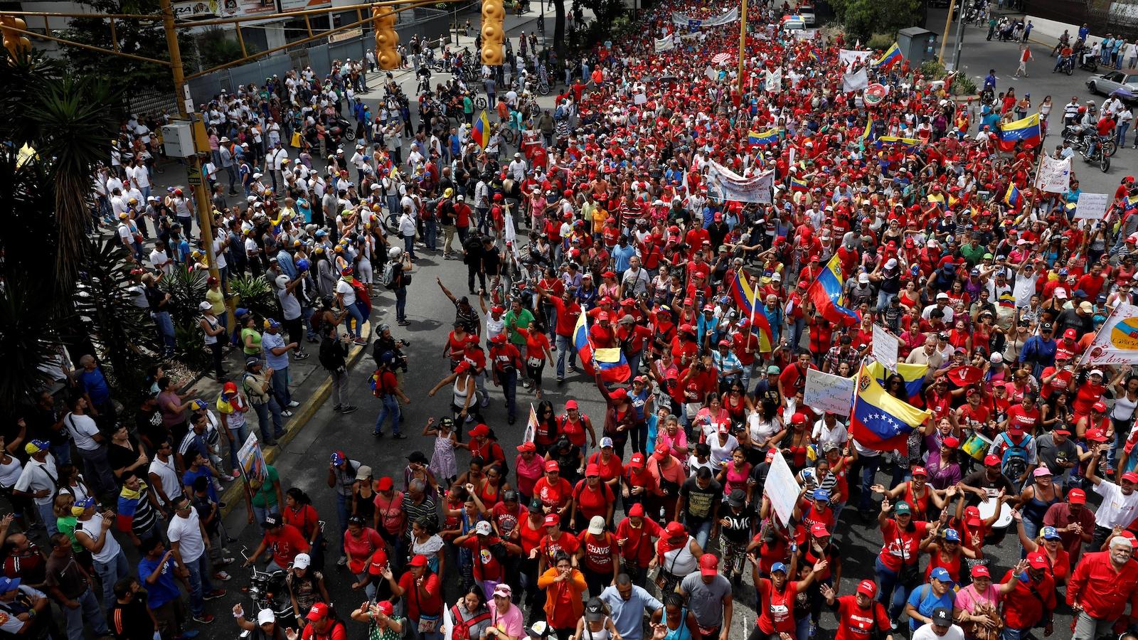 Dans ce secteur de la capitale, des partisans du président Maduro, vêtus de rouge, défilent sous le regard d'opposants.