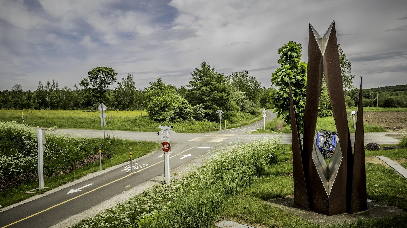 Oeuvre en métal rouillé sur le bord du sentier