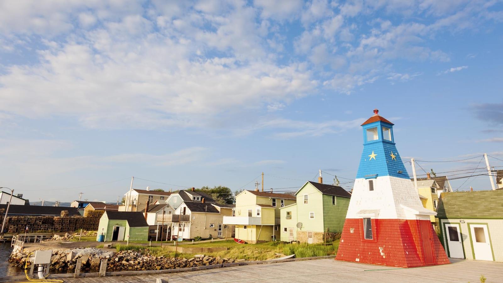 Le phare de Chéticamp, en Nouvelle-Écosse, peint aux couleurs du drapeau acadien.