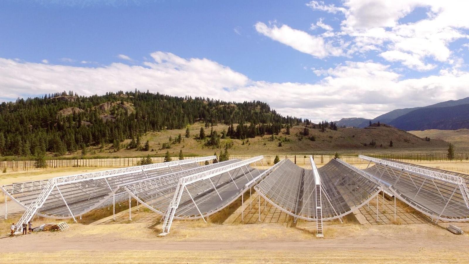 Le radiotélescope CHIME occupe un espace qui équivaut à celui de cinq patinoires de la LNH.