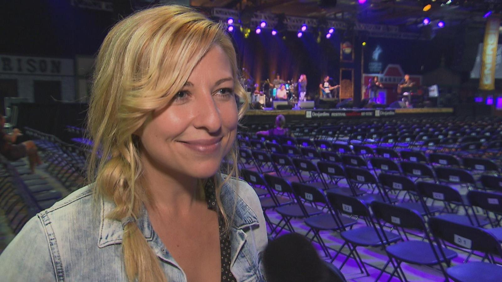 La chanteuse de country Cindy Bédard est honorée de pouvoir chanter au Festival western de Saint-Tite.
