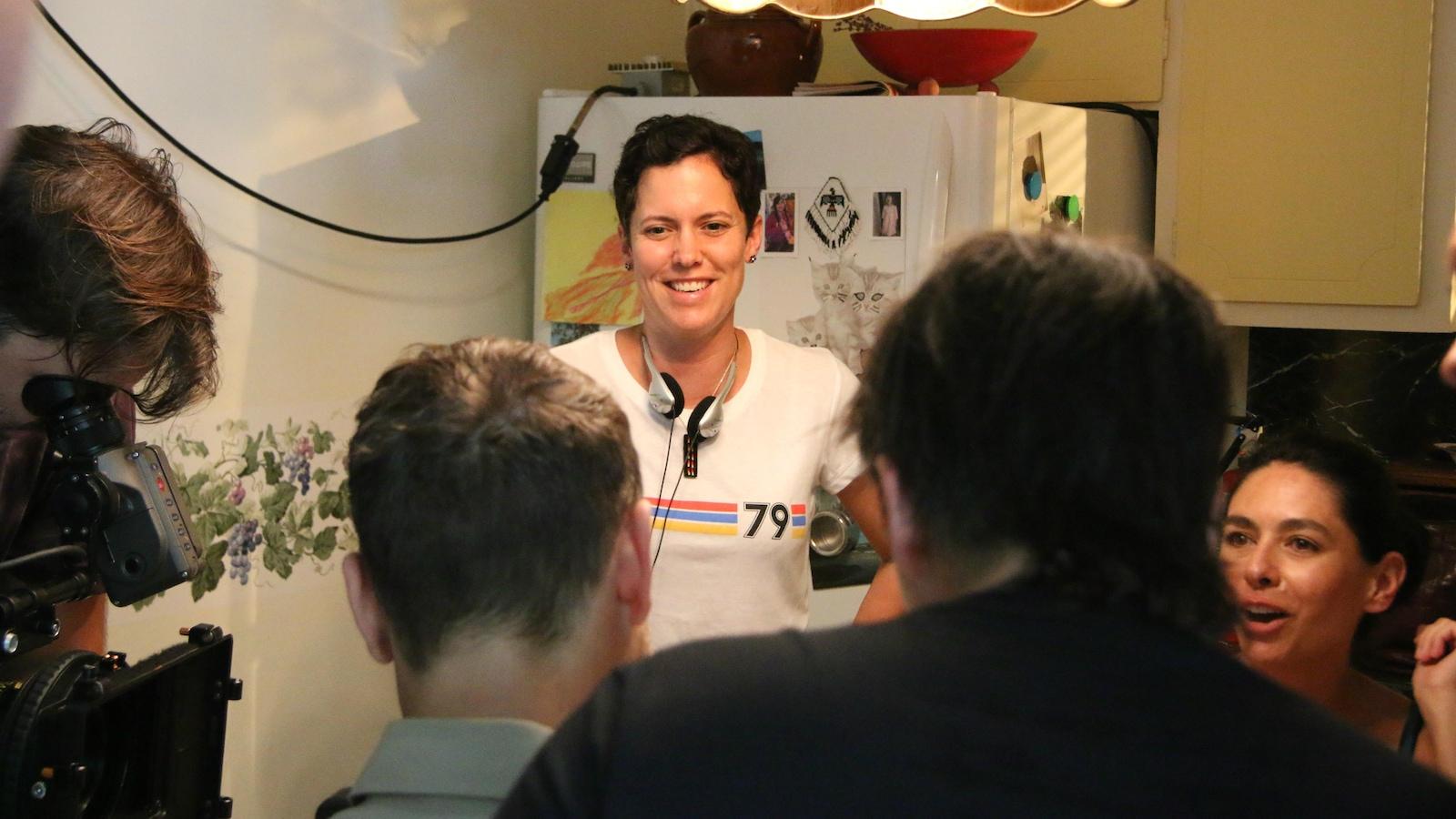 La réalisatrice Sonia Bonspille Boileau dirige des acteurs sur le plateau de tournage du film Vivaces.