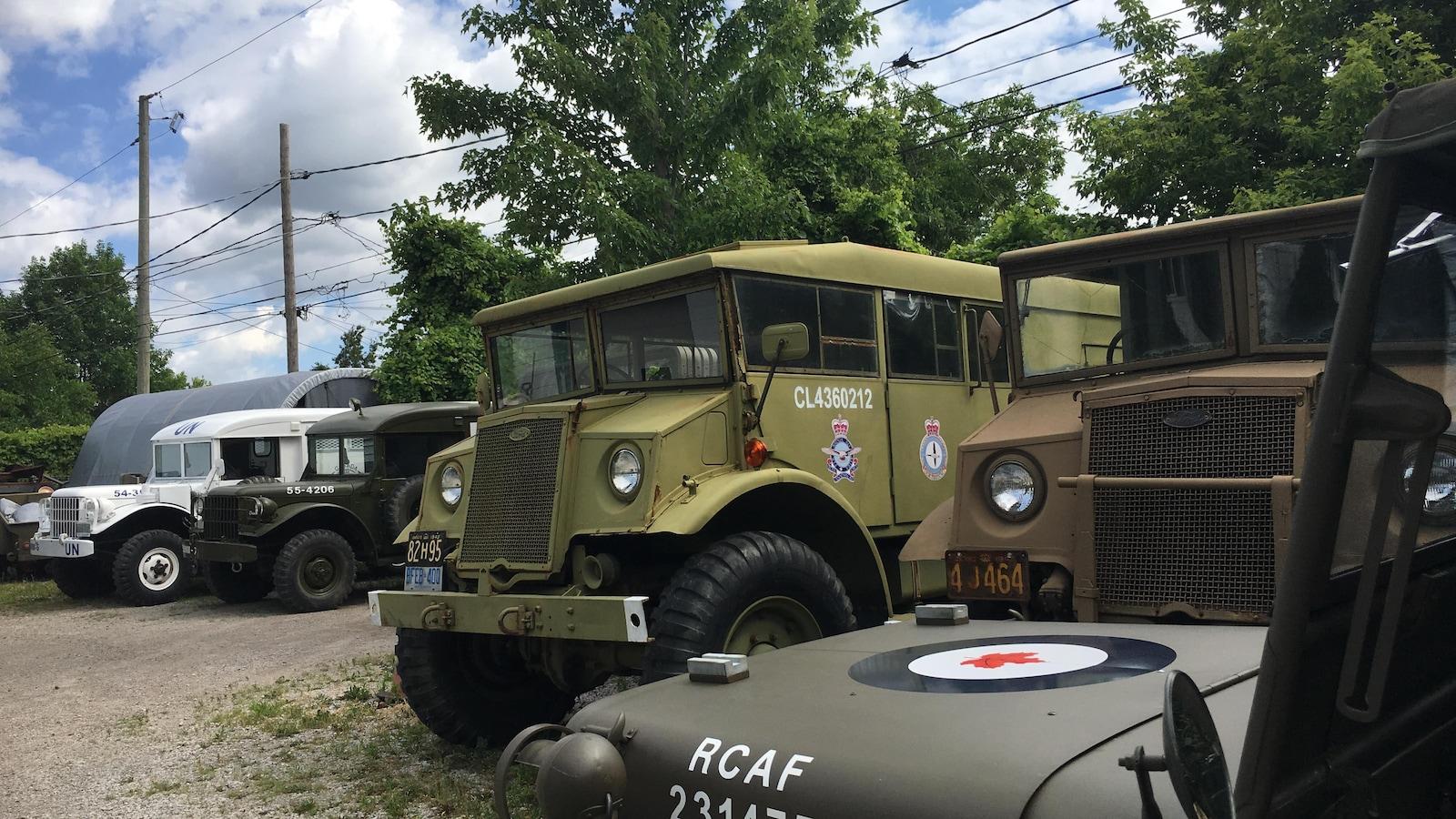 Des camions militaires