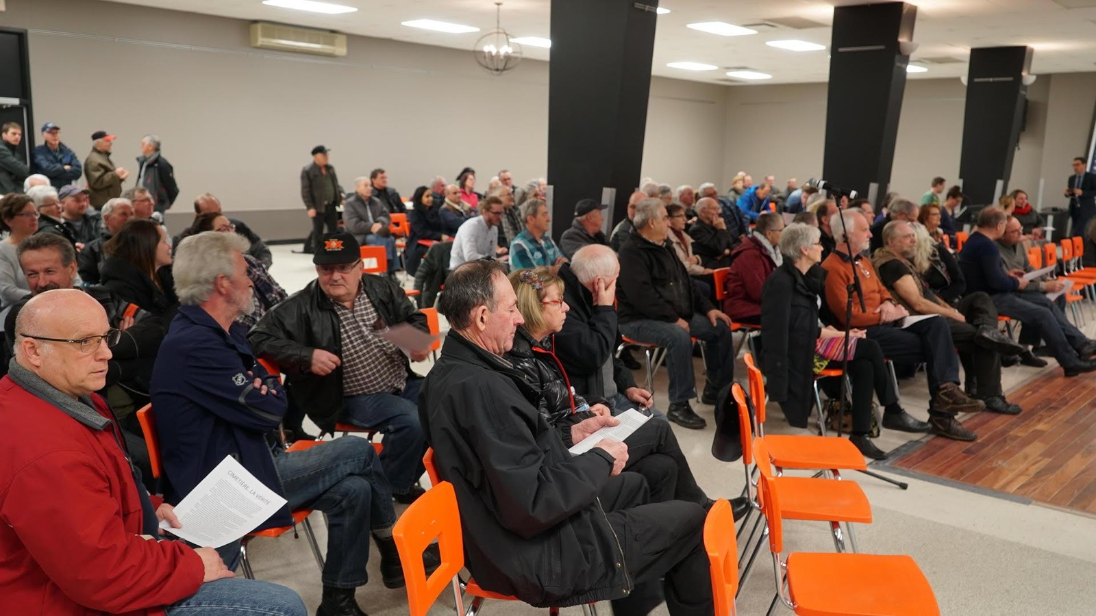 Environ une centaine de personnes participent à la consultation publique sur l'aménagement d'un cimetière musulman à Saint-Apollinaire.