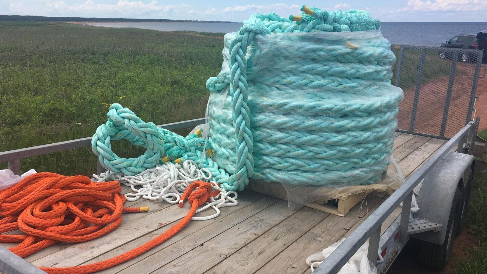 Des rouleaux de cordes sur une remorque.