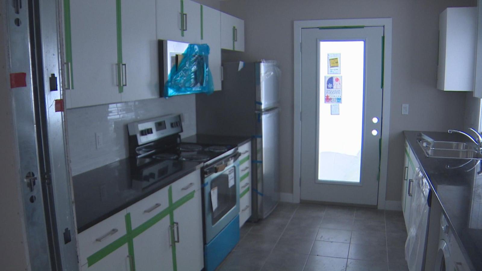 Les logements faits à partir de conteneurs disposent de cuisines complètes.