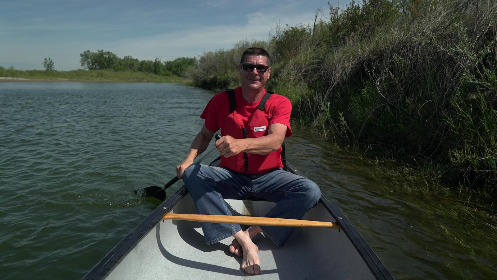 Dany dans son canot sur la rivière Saskatchewan Sud
