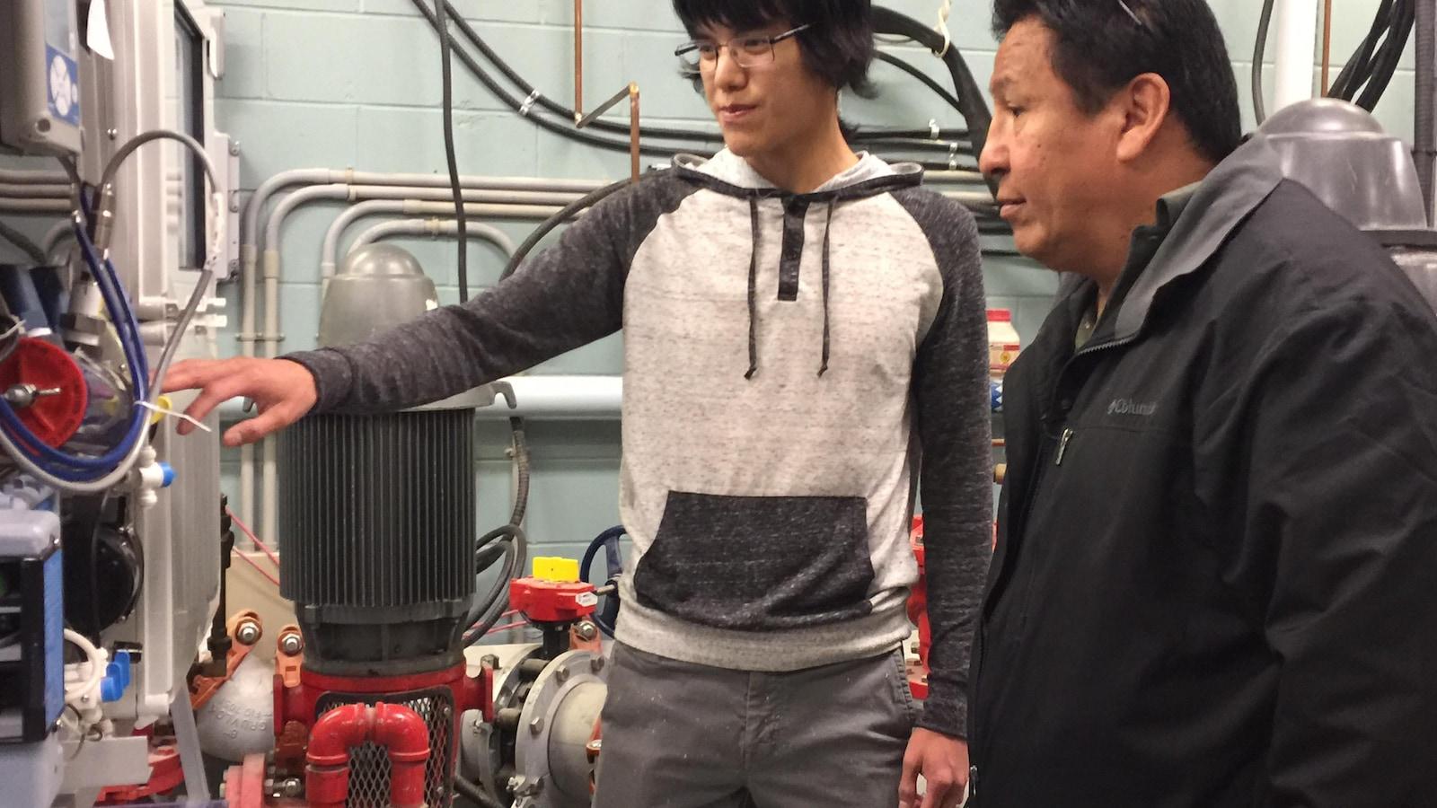 Nico Suggashie (à gauche), est devenu responsable de l'usine de l'eau potable de Poplar Hill à l'âge de 25 ans.