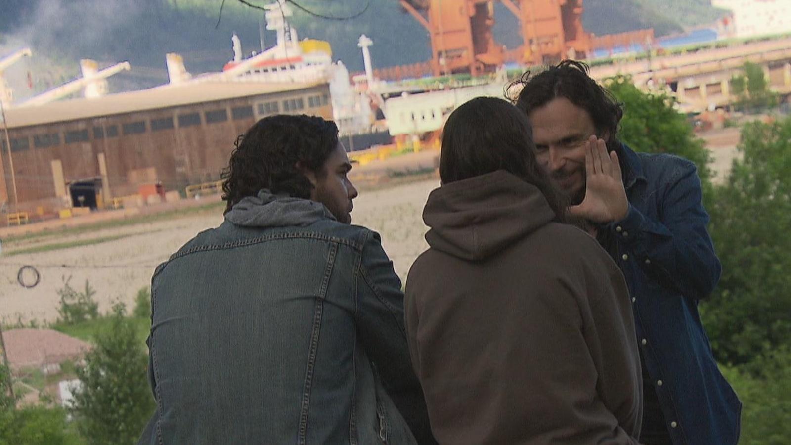 Le réalisateur Sébastien Pilote donne des instructions aux acteurs Pierre-Luc Brillant et Karelle Tremblay.