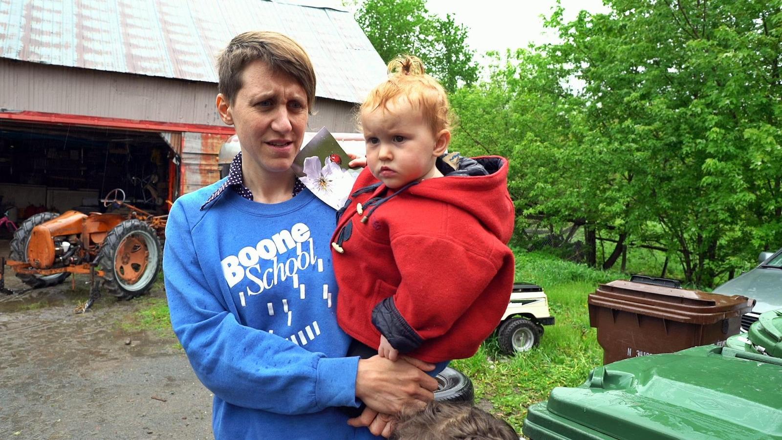 Portrait de Eby avec sa petite fille dans les bras