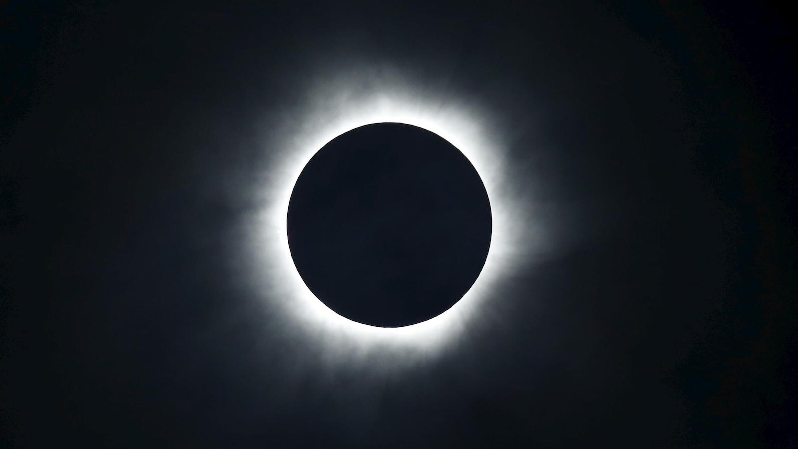 Une éclipse totale de Soleil telle que captée par le photographe Beawiharta sur la plage de Ternate, en Indonésie, le 9 mars 2016.