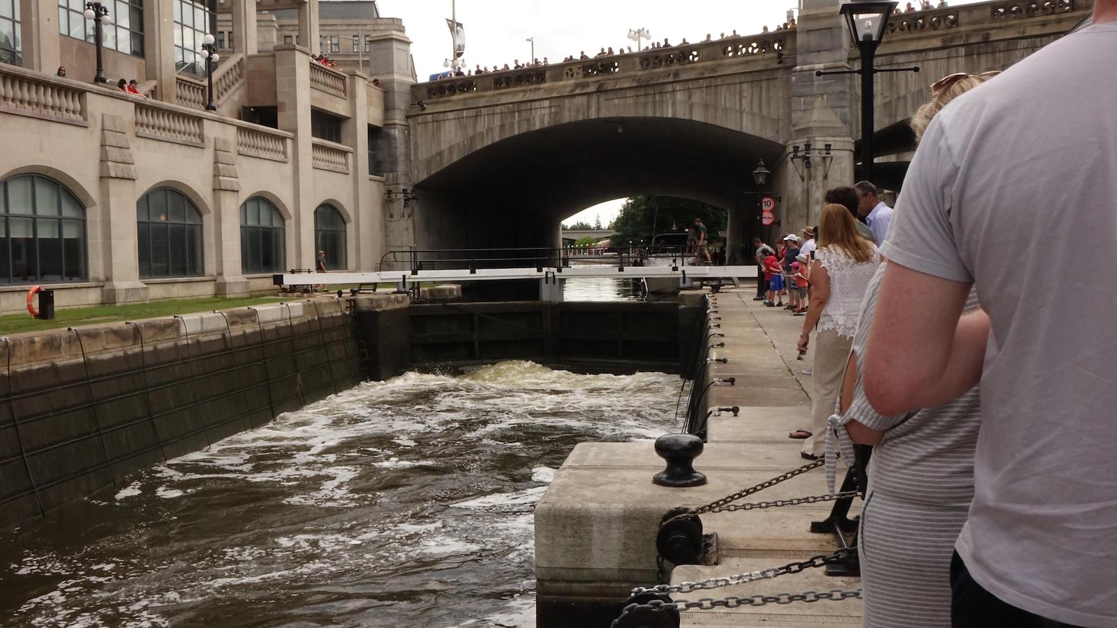 Les opérations d'éclusage sur le canal Rideau constituent un spectacle qui attire plusieurs dizaines de touristes pendant la période estivale.